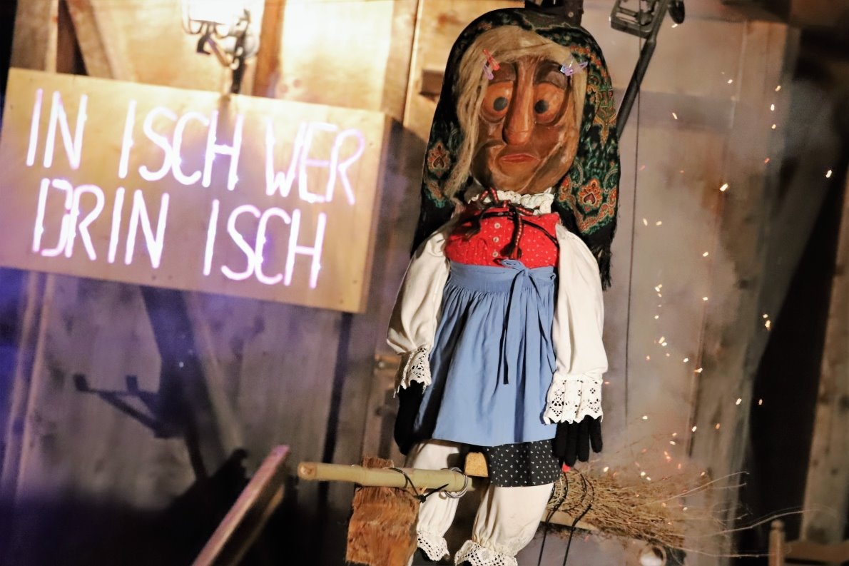 Fasnachts-Kehraus in Mieming – Vor ihrem Abflug gab die Stöttlhex den Gemeindeschlüssel zurück