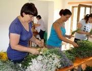 Am Tag vor Maria Himmelfahrt – Kräuterbuschen binden mit den Mieminger Bäuerinnen
