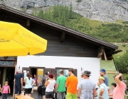 Freilichtbühne Seeben Alm – Almvieh und Wanderer begegnen sich Aug' in Aug'