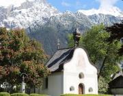 St. Josefskapelle im Mai – Symbol-Monat mit Kastanienblüte