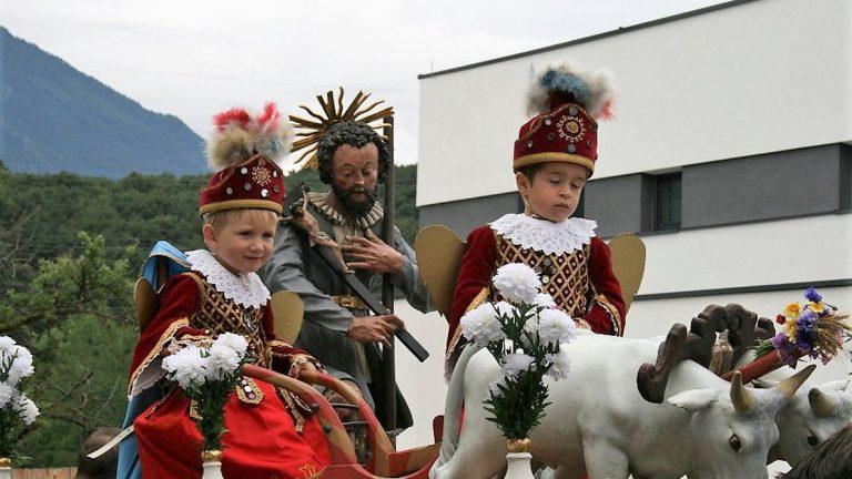 Hilfreiche Engel. Heuer waren das der 3 1/2jährige Manuel Kapeller aus Obermieming und der 4jährige Jonas Maurer aus Untermieming. Foto: Knut Kuckel