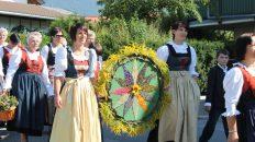 Die Mieminger Bäuerinnen lassen in der Messe ihre Kräutersträuße weihen, die sie nach der Prozession verteilen. Foto: Knut Kuckel