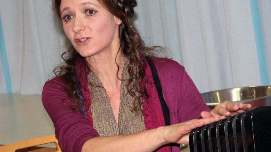 Klangsteintherapeutin Sabine Gamsjäger, Foto: Knut Kuckel