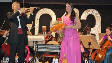 Blumen beim Neujahrskonzert in Mieming für Sopranistin Kerstin Eder. Foto: Knut Kuckel