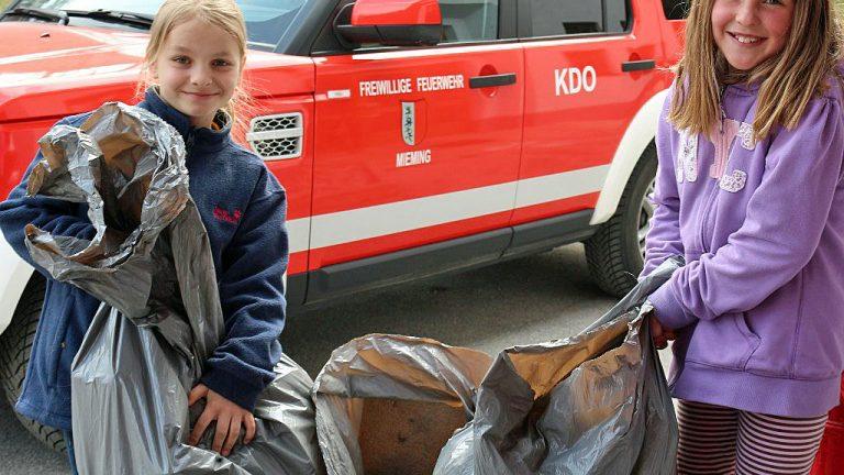 Fleißige Müllsammlerinnen beim Frühjahrsputz in Mieming. Foto: Knut Kuckel