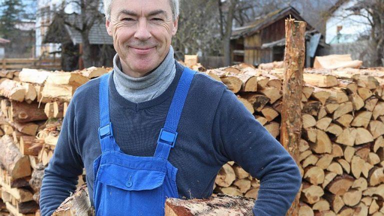 """Andreas Fischer ist ein erfahrener """"Holzlegger"""" in Mieming und kennt die Besten seiner Zunft. Foto: Knut Kuckel"""