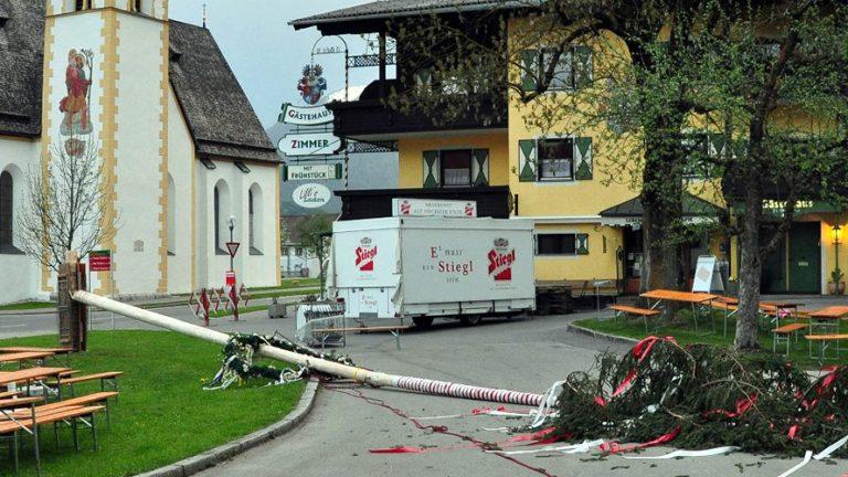 Anschlag auf den Mieminger Maibaum. Foto: Michael Sonnweber