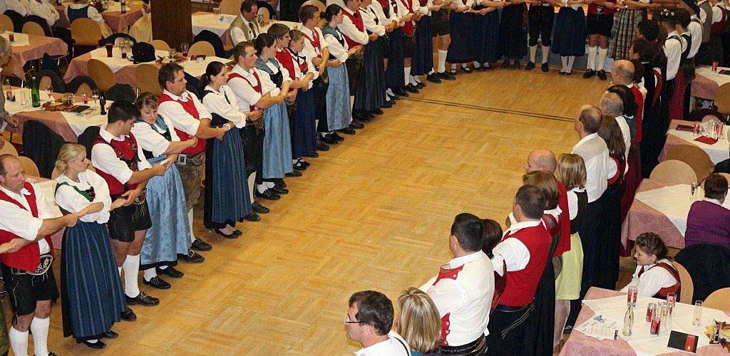 """Rund 300 Trachtler kamen zum """"Kathreintanz 2013"""" nach Mieming. Foto: Knut Kuckel"""