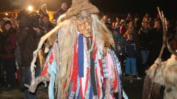 Die Hexe aus dem Stöttl überraschte das Stammpublikum beim Mieminger Tuifllauf, Foto: Knut Kuckel/Mieming.online