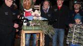Bürgermeister Franz Dengg übergibt den Gemeindeschlüssel an die Stöttlhex, Foto: Andreas Fischer