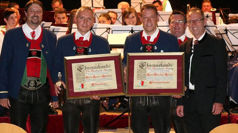 Große Ehrungen in der Konzertpause für Christian Holzeis und Hannes Spielmann, Foto: Knut Kuckel
