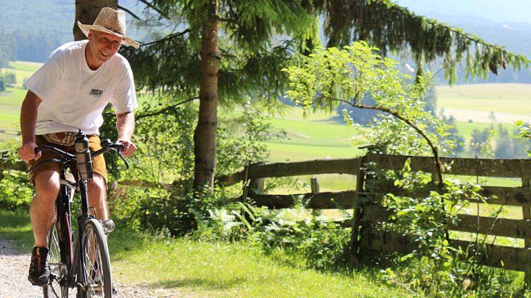 """Bürgermeister Franz Dengg fährt ein """"Ordonanz-Rad 05"""" der Schweizer Armee, Foto: Knut Kuckel"""