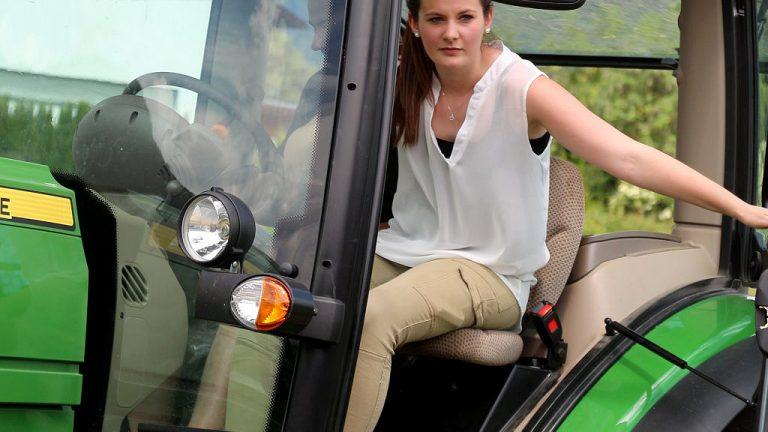 Theresa Wallnöfer war Siegerin beim Traktor-Geschicklichkeitsfahren in Barwies, Foto: Knut Kuckel