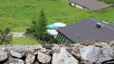 Ein Schutzwall schützt den Hüttenbetrieb der Seeben Alm, Foto: Knut Kuckel