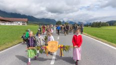 Vor dem Eintreffen in Mieming führen die Kinder den Almabtrieb an, Foto: Elias Kapeller