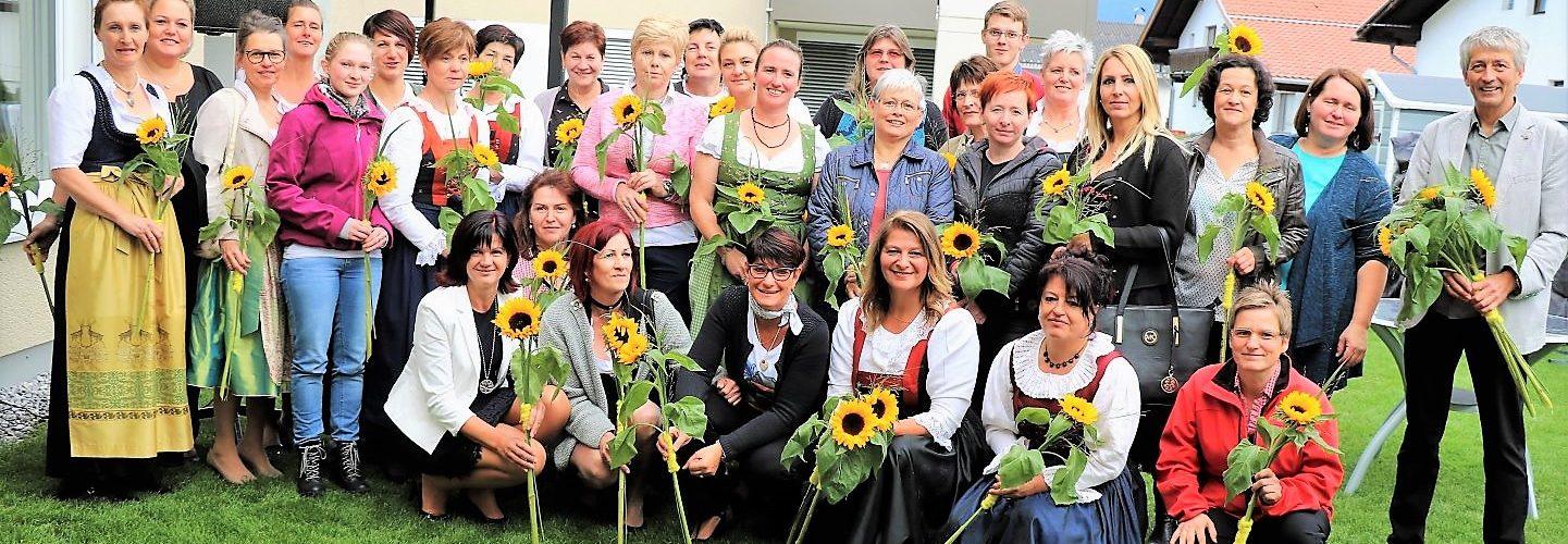 Blumen und Glückwünsche zum 30-Jahr-Jubiläum dem Team des Gesundheits- und Sozialsprengels Mieminger Plateau. Foto: Knut Kuckel