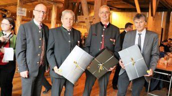 Die Gemeinde Mieming ehrte drei verdiente Bürger. Von links - Bürgermeister Dr. Franz Dengg, Oskar Burgschwaiger, Armin Falch, Dr. Josef Rauch. Foto: Knut Kuckel