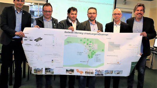Von links: Emanuel Wohlfahrter (SunKid), Markus Mauracher (Regio Imst), Manfred Krug und Martin Kapeller (Badesee Mieming), Franz Dengg (Bgm. Gemeinde Mieming) und Christoph Stock (TVB). Foto: Knut Kuckel