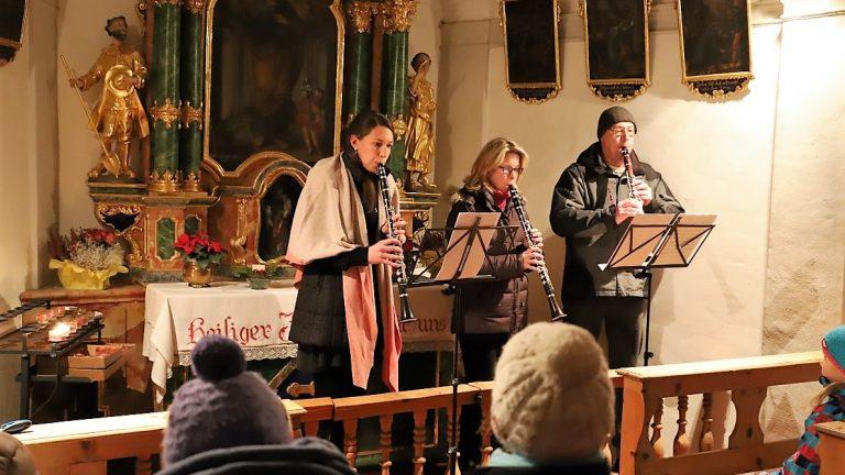 Hannah Schädle , Christine und Christian Holzeis spielten ein geistliches Abendlied in Gedenken an Mathias Post. Foto: Knut Kuckel