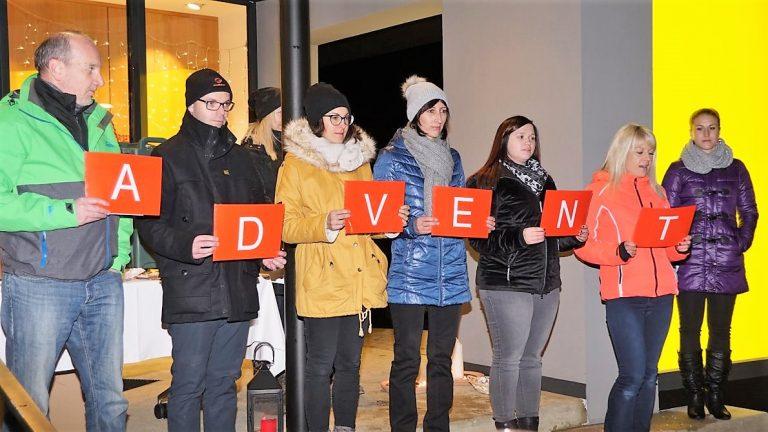 Zum Adventkalender lud das Mieminger Raika-Team ein. Foto: Andreas Fischer