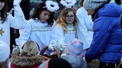 Am 1. Adventsonntag fanden sich leibhaftige Engel ein, um die Kinder beim Almadvent zu bescheren. Foto: Knut Kuckel