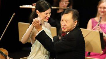 """Solistin Laura Olivia Spengel tanzte mit Konzertmeister Lui Chan zum """"Donauwalzer"""". Das Mieminger Konzertpublikum sang schunkelnt mit. Foto: Knut Kuckel"""