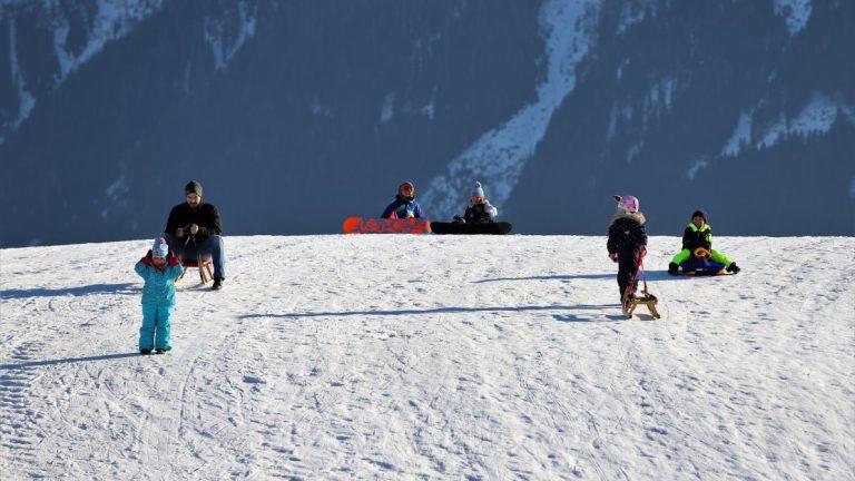 Einen Schnee-Bichl gibt es überall in Mieming. Wer konnte, nutzte den Wintersonntag in Mieming. Foto: Knut Kuckel/Mieming.online