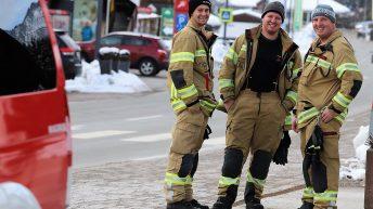 Familienfasching - für die Sicherheit auf der Bundesstraße sorgte die Freiwillige Feuerwehr Mieming. Foto: Knut Kuckel