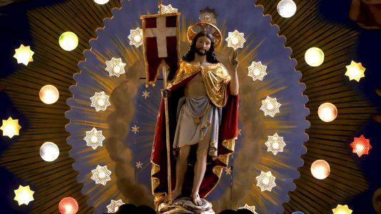 Der auferstandene Christus, mit Siegesfahne, wurde 2015 von Markus Kniepeiß aufwändig restauriert. Foto: Knut Kuckel