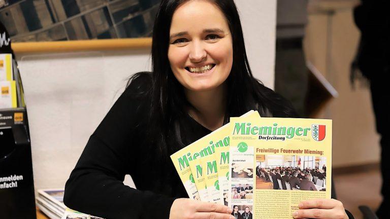 Julia Günther verteilt die ersten Ausgaben der aktuellen Mieminger Dorfzeitung im Gemeindeamt, Foto: Knut Kuckel