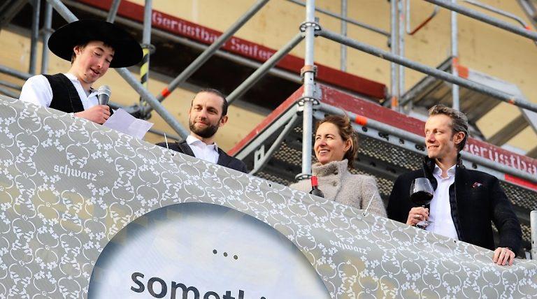 Dem jüngsten Zimmermann wurde die Ehre zu Teil, den traditionellen Firstspruch vorzutragen. Foto: Knut Kuckel
