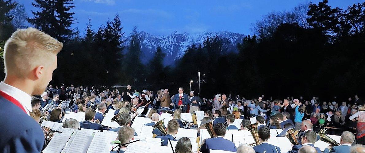 """Vollmondkulisse beim """"Traum eines österreichischen Reservisten"""" in Mieming. Foto: Knut Kuckel"""