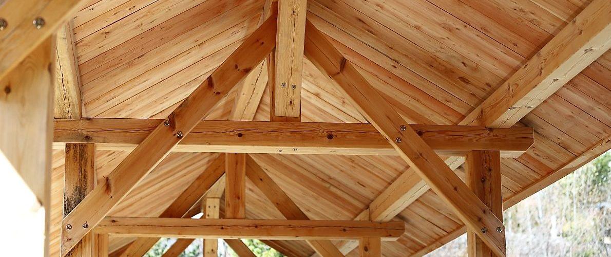 Die Untere Stöttlbrücke ziert ein Wetterschutzdach aus Lärchenholz. Foto: Knut Kuckel