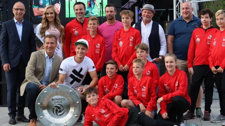 Florian Jamnig mit Meisterschale vom FC Wacker Innsbruck und Fußballern der SPG Mieminger Plateau. Foto: Knut Kuckel