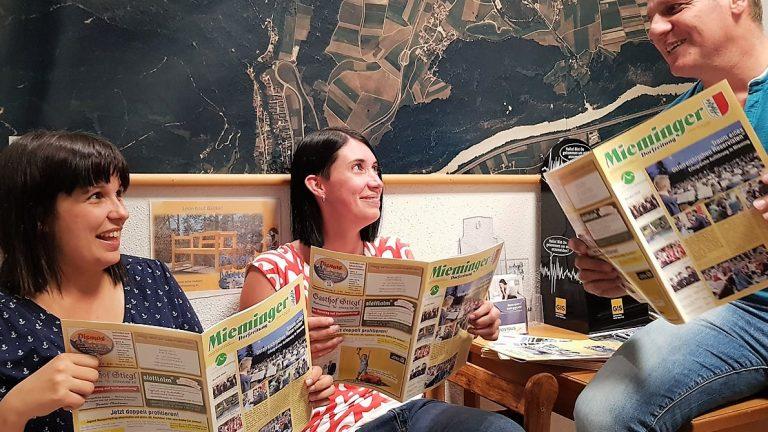 Erstleser der Mai-Ausgabe waren Theresa Fritz, Laura Wild und Egon Schennach vom Gemeindeamt Mieming. Foto: Knut Kuckel
