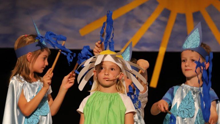 """Um das """"Gänseblümchen Fredericke"""" tanzten und sangen Sonnenstrahlen, Regentropfen und Marienkäfer. Foto: Knut Kuckel"""