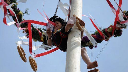 Die Maibaumkraxler räumten alles ab, was der Maibaum für sie hergab. Foto: Knut Kuckel