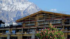 Schwarz Alpenresort - Zwei Kräne wurden schon abgebaut, in dieser Woche sind die Gerüste im Süden und Westen an der Reihe. Foto: Knut Kuckel