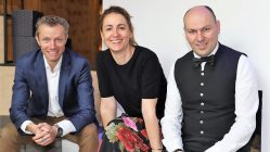 """Wir sind soweit"", sagen Franz-Josef und Katharina Pirktl aus der Geschäftsleitung mit Sommelier und Servicemanager Christian Auer. Foto: Knut Kuckel"
