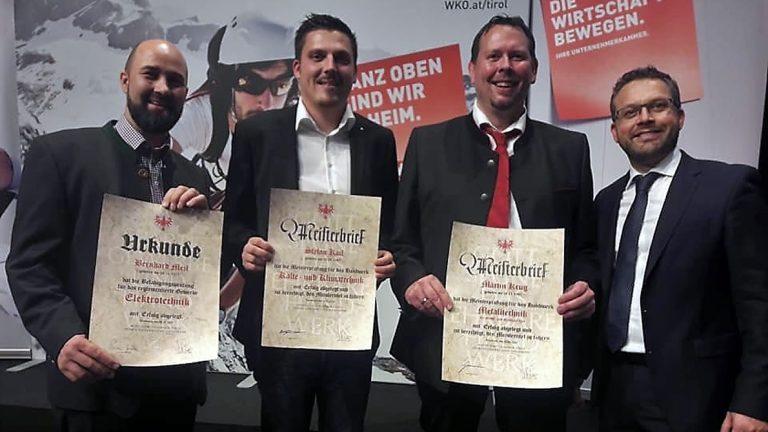 Von links: Bernhard Meil (Elektrotechnik), Stefan Kail (Kälte- und Klimatechnik), Martin Krug (Metalltechnik), Vize-Bgm. Martin Kapeller. Foto: WKO Tirol