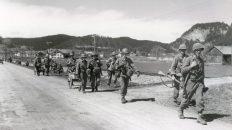 Soldaten der 44. US-Infanterie-Division, die im Außerfern Tiroler Gebiet betreten haben, stoßen am 29. April 1945 weiter nach Süden vor. (Aufnahme: U.S. Army Photograph) TLA: Sammlung Lichtbilder